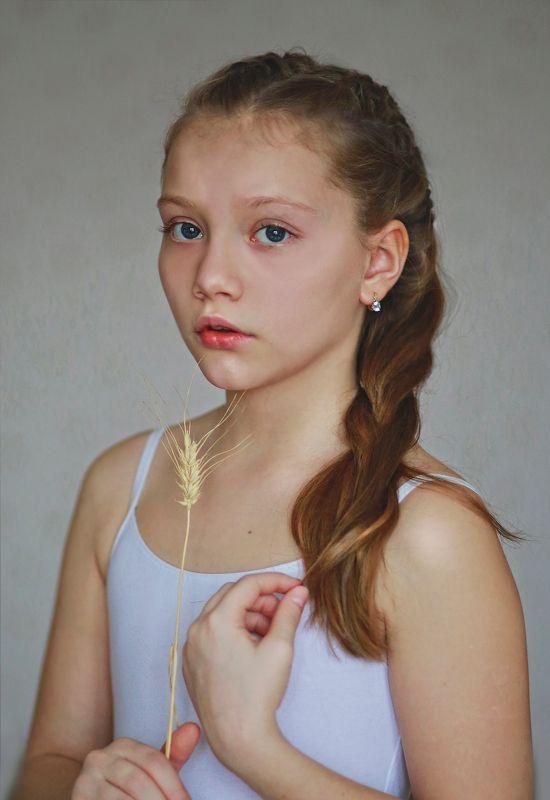 портрет, девочка, подросток, свет, цвет, жанр, крупный план, нежная, красивая, волосы, коса, глаза, модель, студия, белый Портрет Эмилииphoto preview