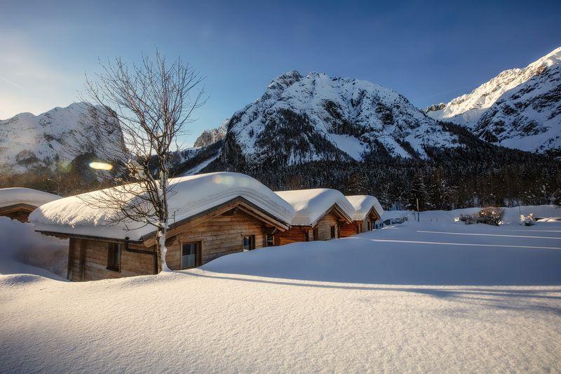 солнце, снег, сугробы, избушки, зима, дерево, горы Солнечный зимний день.photo preview