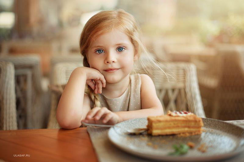 портрет, лето, девочка, girl, summer, portrait, кафе, ресторан, веранда, тортик, грусть Глазищаphoto preview