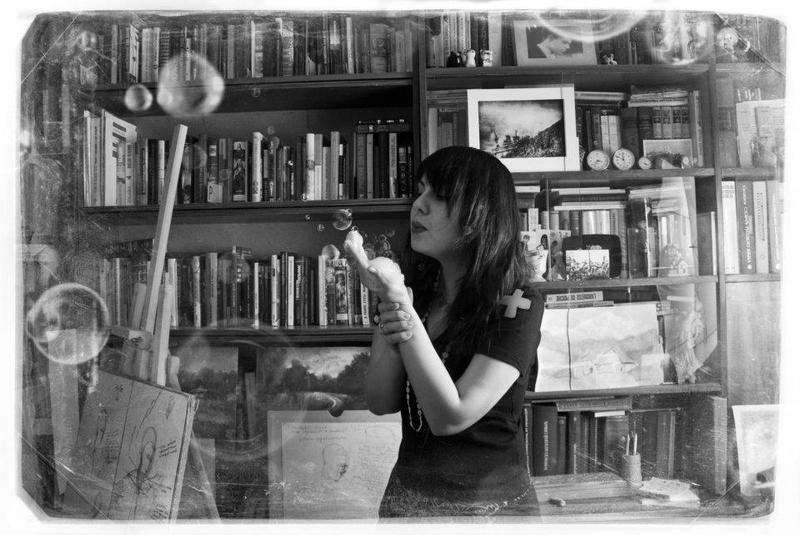 пена, пузыри, книги, библиотека, девушка, чб Bubblesphoto preview