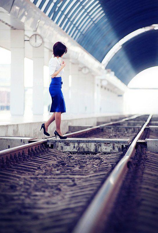вокзал, девушка, рельсы В двенадцать ноль ноль..photo preview