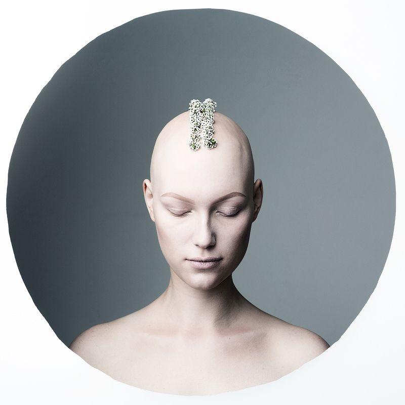 алопеция, круг, цветы, без волос, волосы, глаза, инопланетянин, инопланетянка, девушка, красивая, нестандартная красота, необычная В круге photo preview