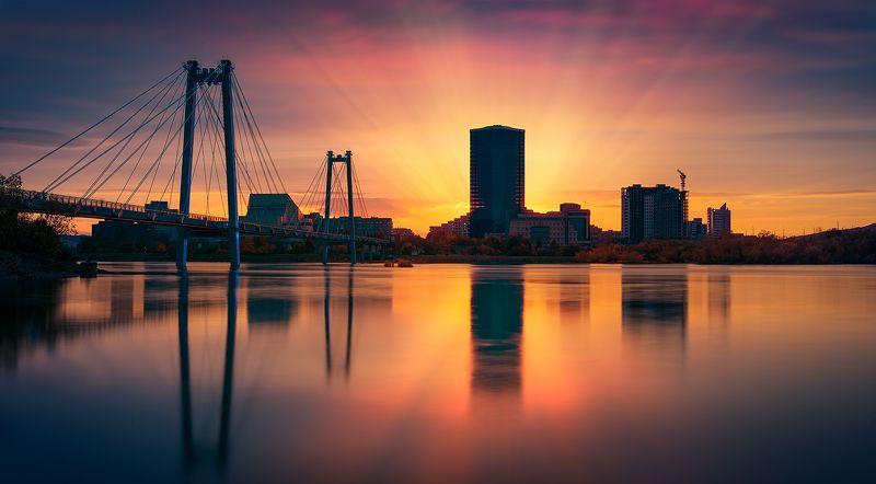 пейзаж, природа, город, архитектура, красноярск, енисей, сибирь, мост, вантовый, подсветка, берег, набережная, свет, краски, отражения, река, закат, большой, высокий, небоскреб Город на большой рекеphoto preview