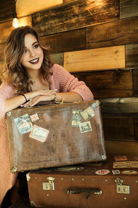 девушка, стена, портрет, чемодан, улыбка, красивая, путешествие,  Эля путешественница photo preview