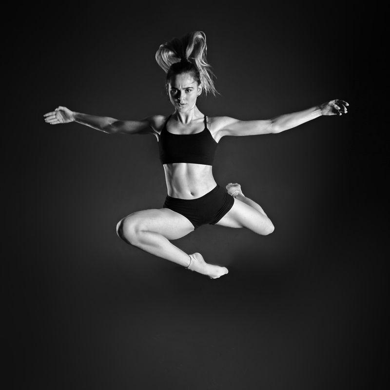 спорт, танец. девушка, прыжок,чб ***photo preview