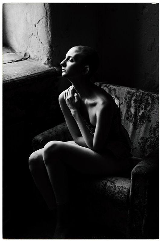 портрет, окно черно белое, черно белый портрет Т а н яphoto preview