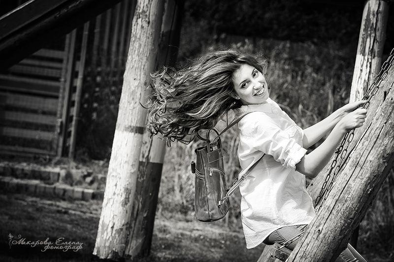 портрет улыбка качели Ветер в волосахphoto preview