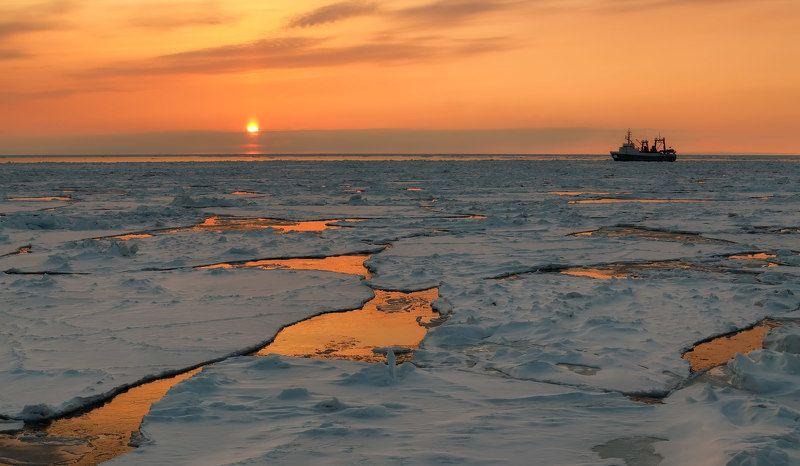 Охотское море, лёд, судно, закат весенний закатphoto preview