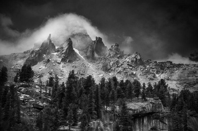 пейзаж, природа, путешествия, туризм, поход, горы, пик, вершина, скалы, тайга, ергаки, красноярский край, саяны, сибирь, чб, черно-белая, туман, облако Пик Молодежныйphoto preview