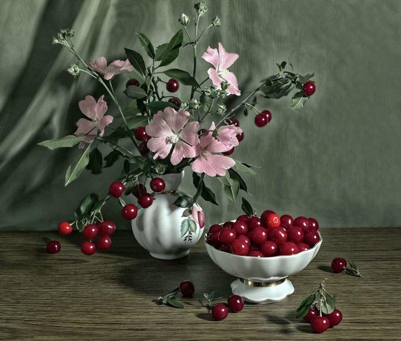 натюрморт, ягоды, вишня, цветы, мальва, вазочка Вишняphoto preview