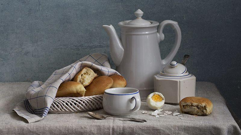 пироги, кувшин белый, чашка, яйцо, сахарница, ложка Завтрак с пирожкамиphoto preview