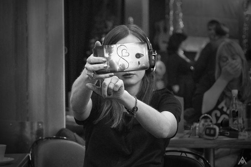 современница, девушка, телефон, селфи Современницаphoto preview