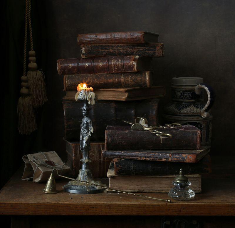 свеча, антиквариат, раритеты, книги, пламя, кувшин, керамика, бумага, олово, латунь,подсвечник, колокольчик, гасильник, свечные щипцы, чернильница, письмо, сургуч, старина, Догорающая свечаphoto preview