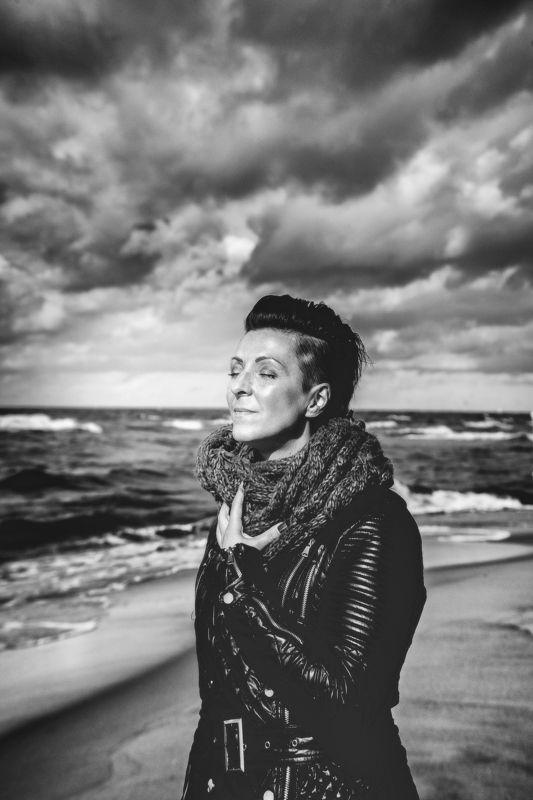 портрет женщина море пляж ветер чувства  наслаждениеphoto preview