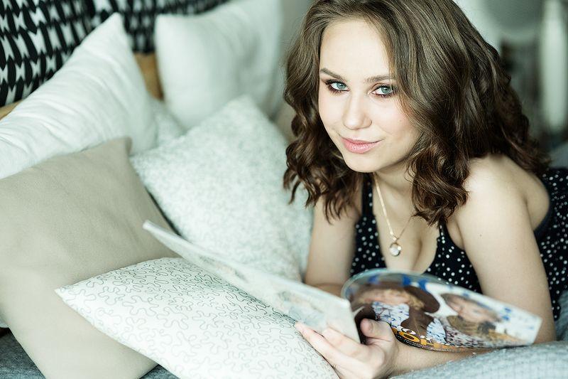 девушка, портрет, лежит, журнал, читает, глаза, подушки Лераphoto preview
