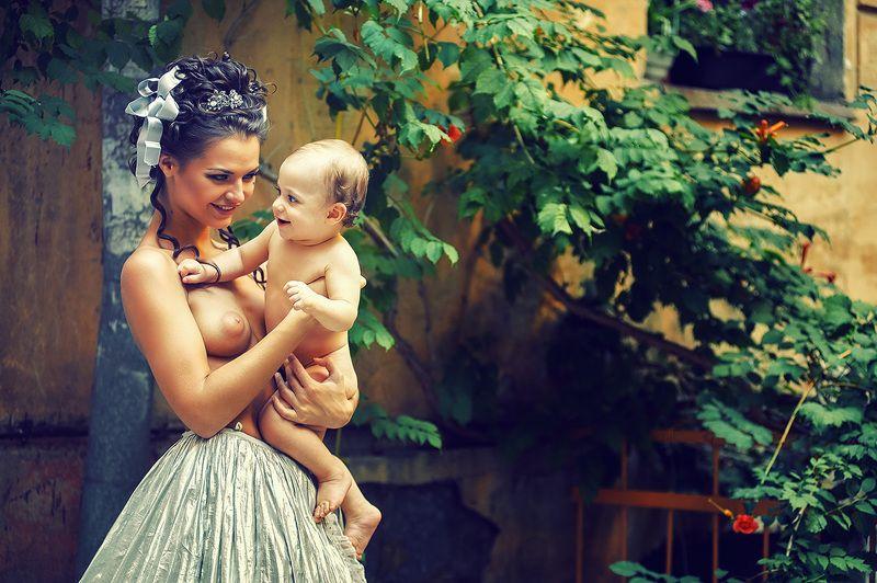 Девушка с ребёнкомphoto preview