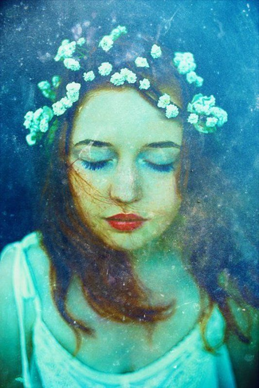 синий, красный, белый, циан, вода, девушка, лед, подо льдом, русалка, рыжие волосы, синие глаза, красные губы, цветы, букет, цветы в волосах б/нphoto preview