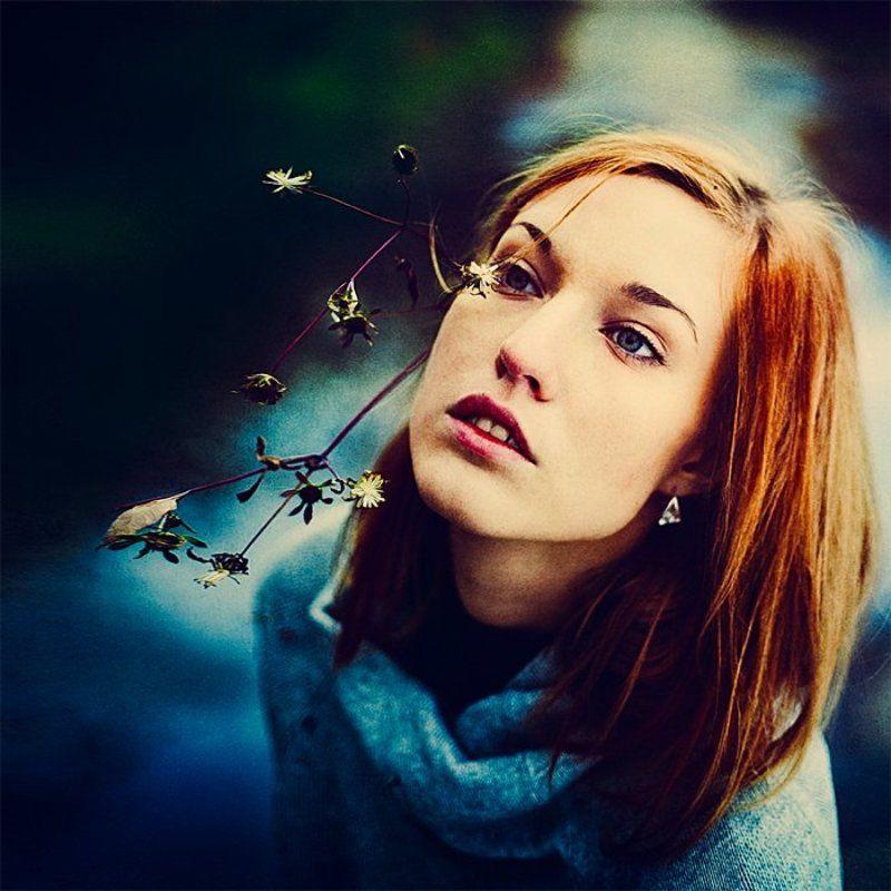 цветы в волосах, рыжие волосы, девушка, голубые глаза, вода, осень, небо, синий, голубой, холодные цвета Цветыphoto preview