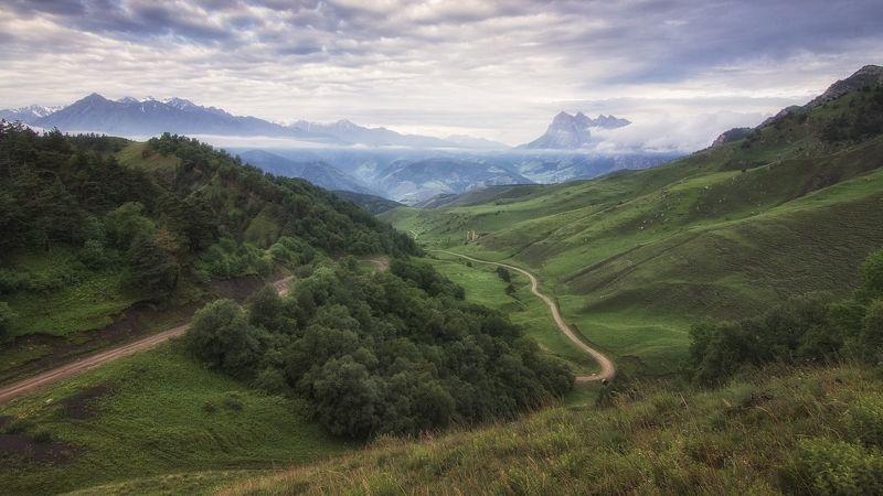 кавказ,горы,облака,заповедник,вдали башенные комплексы. Эрзи.photo preview