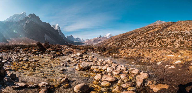 Гималаи, Непал, ручей, горы Брод через горный ручейphoto preview