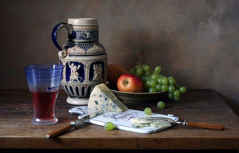 сыр, вино, бутылка, кувшин, бокал, лесное стекло, сырная доска, керамика, фарфор, стекло,виноград, яблоко, фрукты Вино пью старое, сыр ем с плесенью ...  :-)photo preview