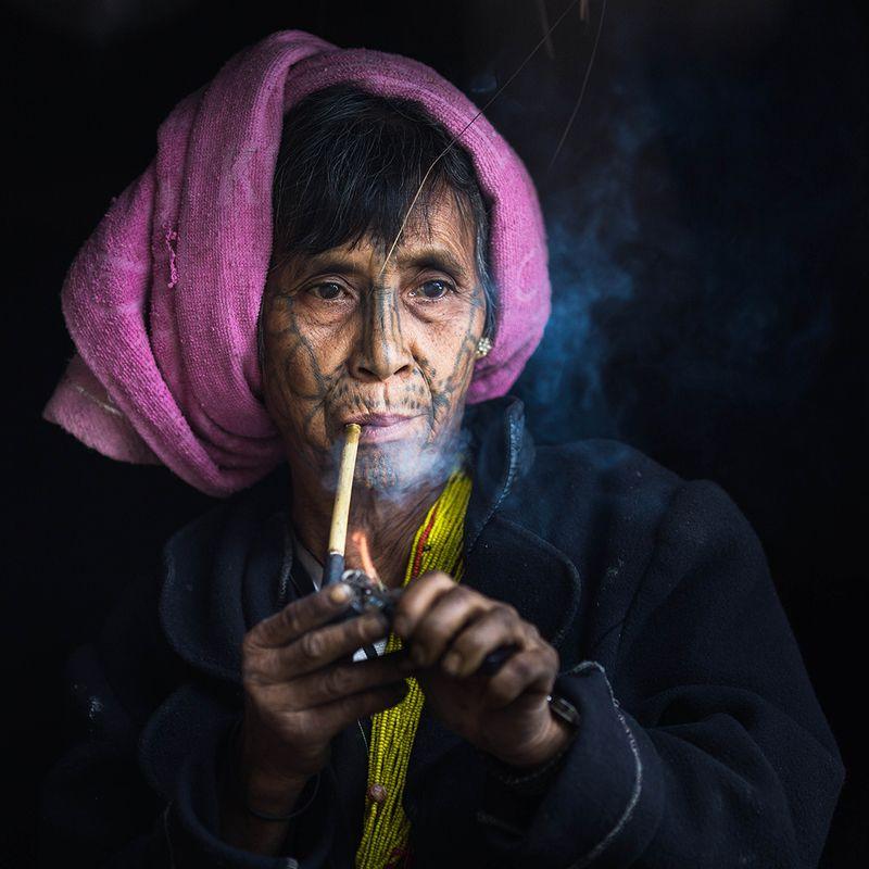 Женщина с татуировкой на лицеphoto preview