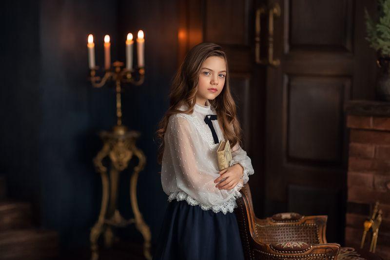 Девочка, книга, модель Вероникаphoto preview
