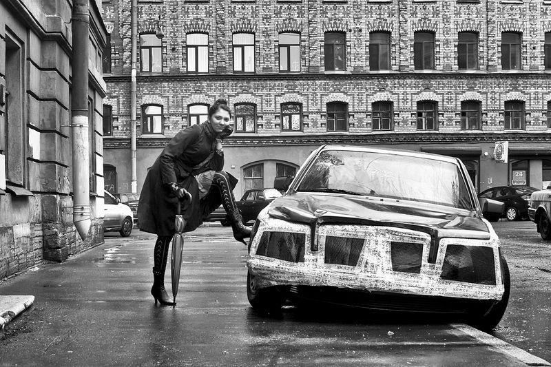 девушка, глаза, взгляд, автомобиль, зонтик, чб, спб, апатиты У старого автомобиляphoto preview