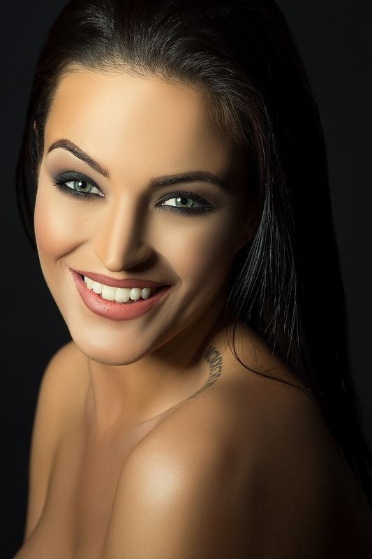 model, woman, female, portrait, glamour, eyes, red lips, beautiful, sensuality, sexy, colour, smile, Smilephoto preview