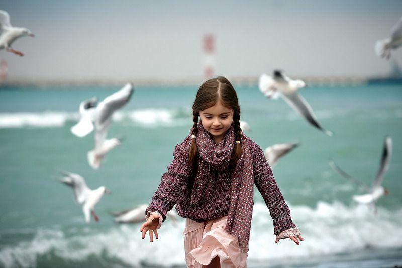 девочка чайки пляж photo preview