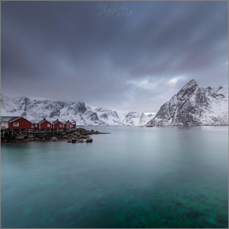 норвегия, лофотены Норвежский пейзаж с кабинами и горойphoto preview