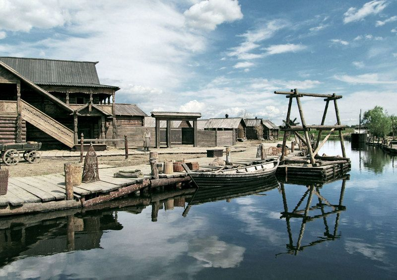 пейзаж, река, посёлок, берег, пристань, лодки. На рекеphoto preview