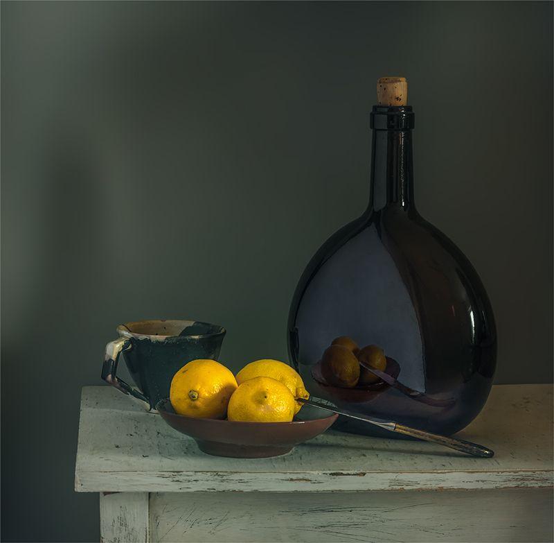 still life, натюрморт,    винтаж,  ретро, еда,  цитрус, спелый, отражение, бутылка, чашка, нож, посуда, пастель, натюрморт с лимонамиphoto preview