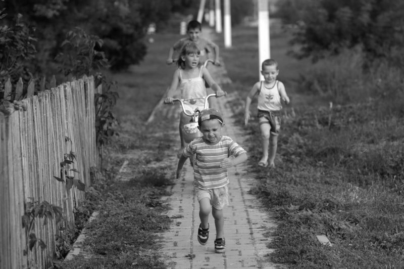 жанр. дети черно -белое фото, деревенская тема Серия Босоногое детствоphoto preview