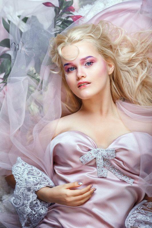 арт, художественный, мода, портрет, обложка журнала, макияж, цветы, студия, студийный, красота, розовый, гламур, кружева, блондинка, весенний, белокурый, красивая девушка, сказочный Девушка-веснаphoto preview