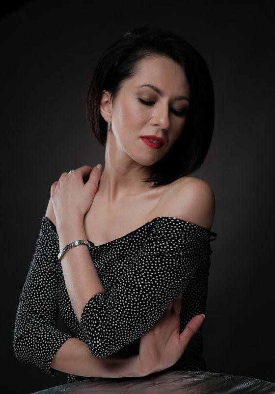 портрет девушка студия темный ключ горошек отражатель на темном Мыслиphoto preview