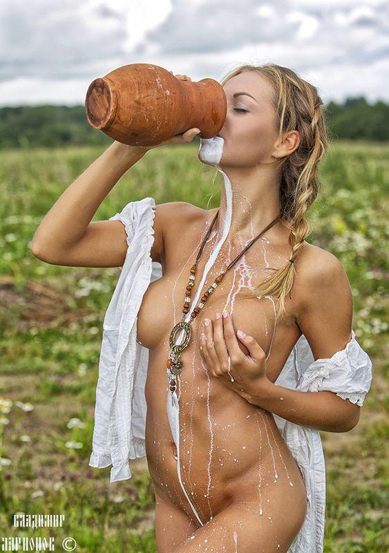 Девушка с кувшином молокаphoto preview