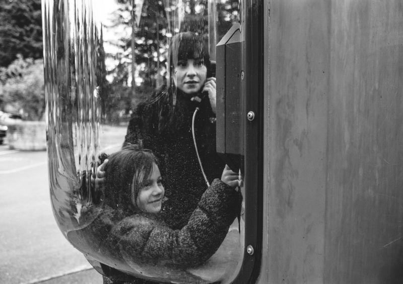 Телефон, будка, портрет, семья В телефонной будкеphoto preview
