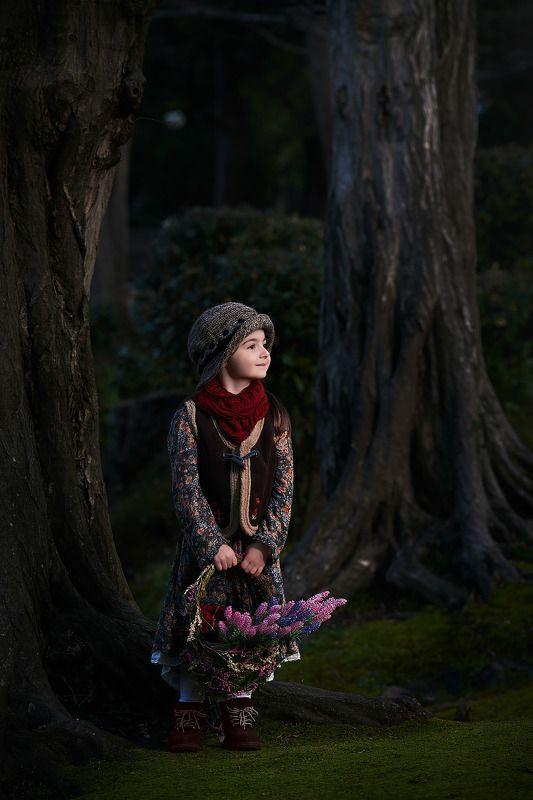 девочка в лесу Прогулка по лесуphoto preview