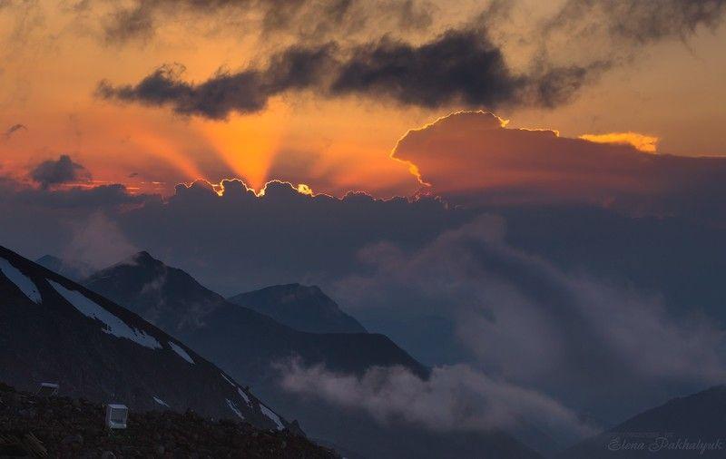кавказ,горы,солнце,закат,рассвет,россия,облака,гроза,снег,лучи,пейзаж,фототур Горозовой закат на 3800м. Эльбрус.photo preview