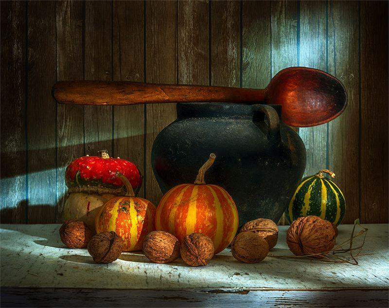 still life, натюрморт,    винтаж,   еда,  спелый, вкусный,  свет,  тень, тыква, орехи, ложка, деревянная ложка, казанок, натюрморт с тыковками, орехами и большой ложкойphoto preview