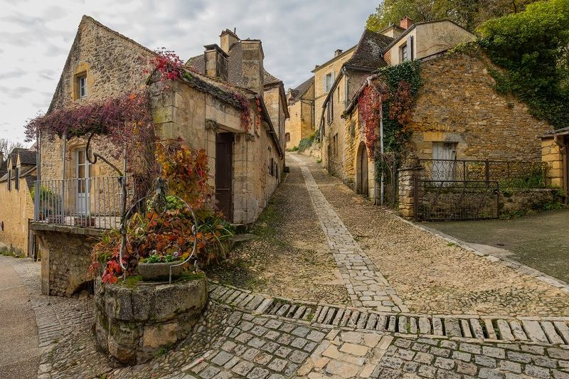 Street with historical houses in Beynac-et-Cazenac, Francephoto preview