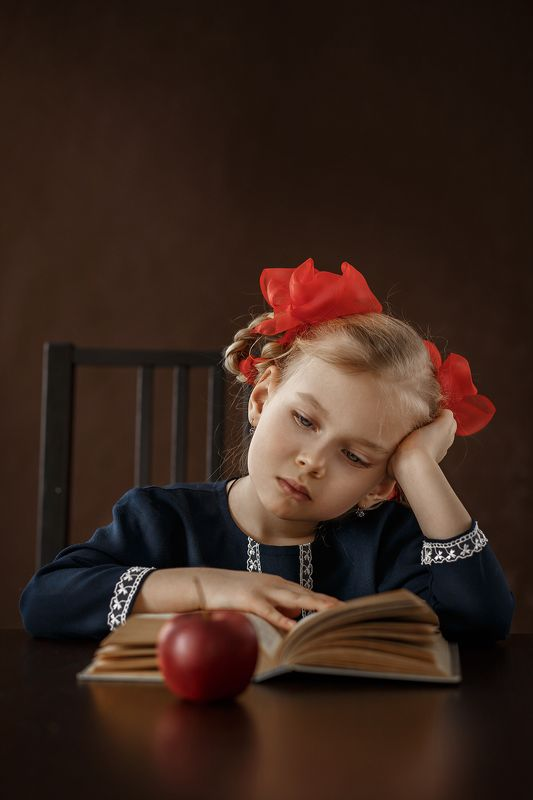 девочка, дети, красные банты, яблоко, портрет, детский портрет Драмаphoto preview