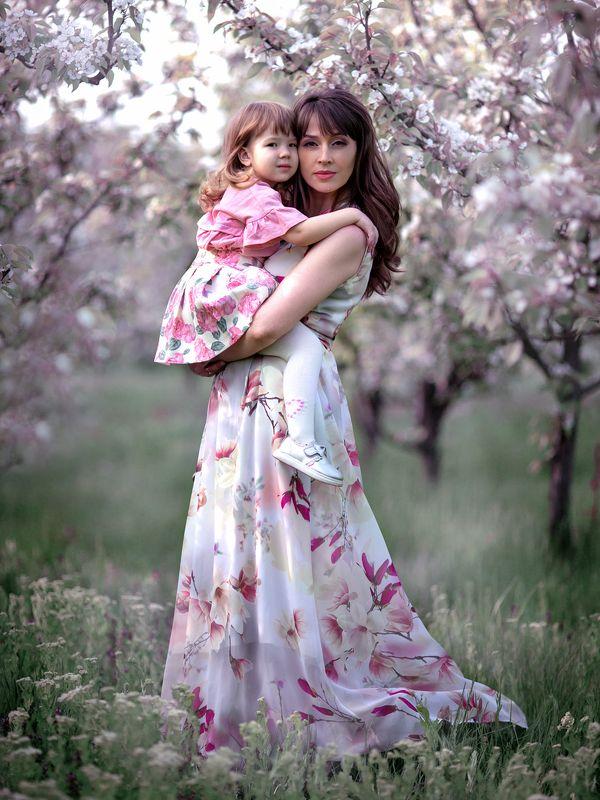 девушка красивая женщина платье трава свет волосы природа ребенок девочка цветение цветы деревья парк любовь нежность забота Tendernessphoto preview