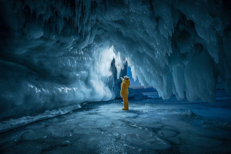 байкал, зима, лед, снег, путешествие, пещера, сосульки, человек Проводникphoto preview