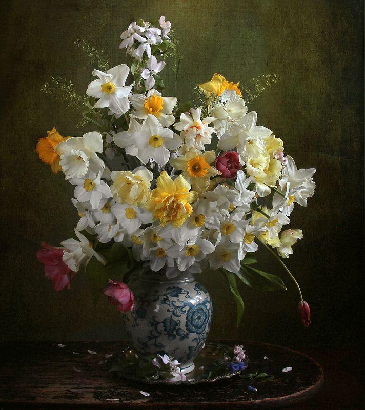 весна, натюрморт, букет цветов, тюльпаны,  нарциссы, марина филатова Цветы, в каком-то солнечном свеченьи, и белые и жёлтые сплелисьphoto preview