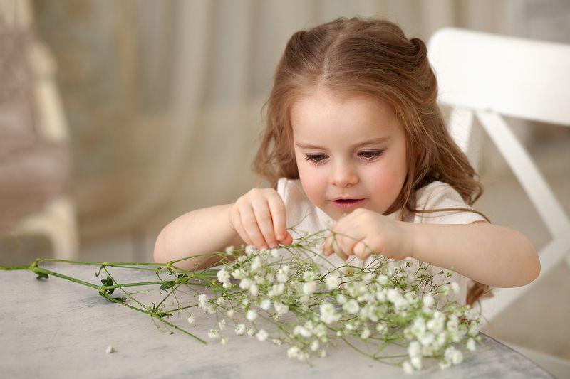 девочка, фотография, цветы, фото, весна, белый Девочка за столомphoto preview