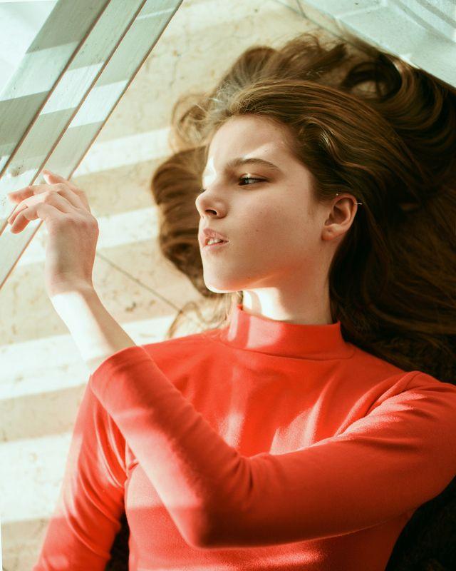portrait, портрет, girl, portraiture, indoor, девушка, молодость, февраль, ламповый, retouch, ретушь, цвет, red, light, lines Light Linephoto preview