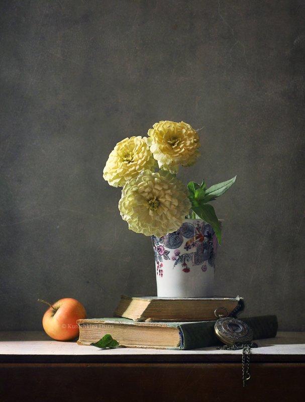 натюрморт, цветы, букет, цинии, часы, книги Простенький этюд с цветамиphoto preview
