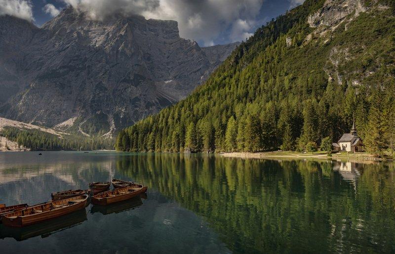 озеро, горы, лодки выстроилисьphoto preview